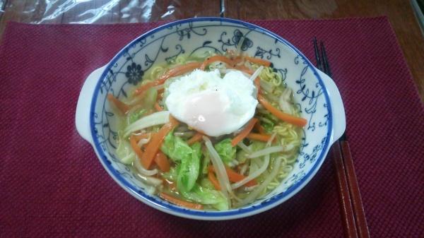レンジ卵と野菜炒めの塩ラーメン