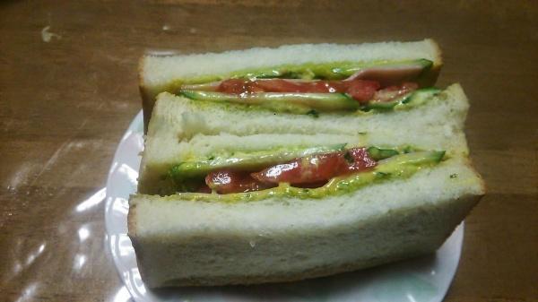 バジルソースのハムサンドイッチ