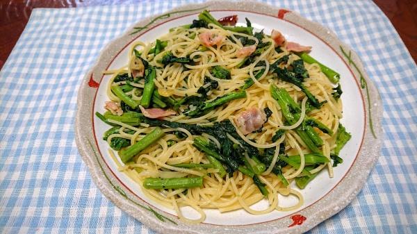 欠き菜とベーコンのペペロンチーノ